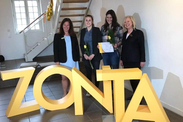 Zonta-Präsidentin Yvonne Hageleit-Schreckenberg (links), Mitbewerberin Tatjana Schroer, Preisträgerin Nele Mai und YWPA-Koordinatorin Petra Schmidt