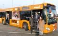 wupsi-Geschäftsführer Marc Kretkowski präsentiert den Zonta-Bus! OB Uwe Richrath und Zonta-Präsidentin Yvonne Hageleit-Schreckenberg sind begeistert!