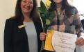 Zontapräsidentin Yvonne Hageleit-Schreckenberg gratuliert der Preisträgerin Nele Mai